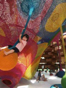 彫刻の森美術館のネットの森にぶら下がる子供
