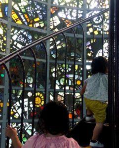 彫刻の森美術館のシンフォニー彫刻を登る子供