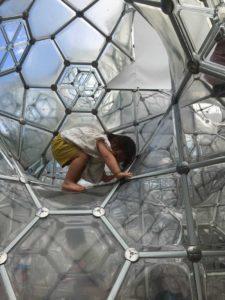 彫刻の森美術館のシャボン玉のお城で遊ぶ子供