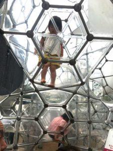 彫刻の森美術館のシャボン玉のお城に登る子供