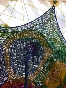 彫刻の森美術館のネットの森に登る子供