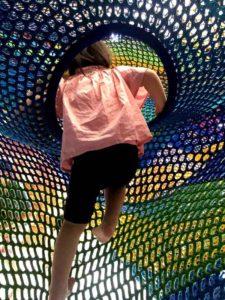 彫刻の森美術館のネットの森で遊ぶ子供