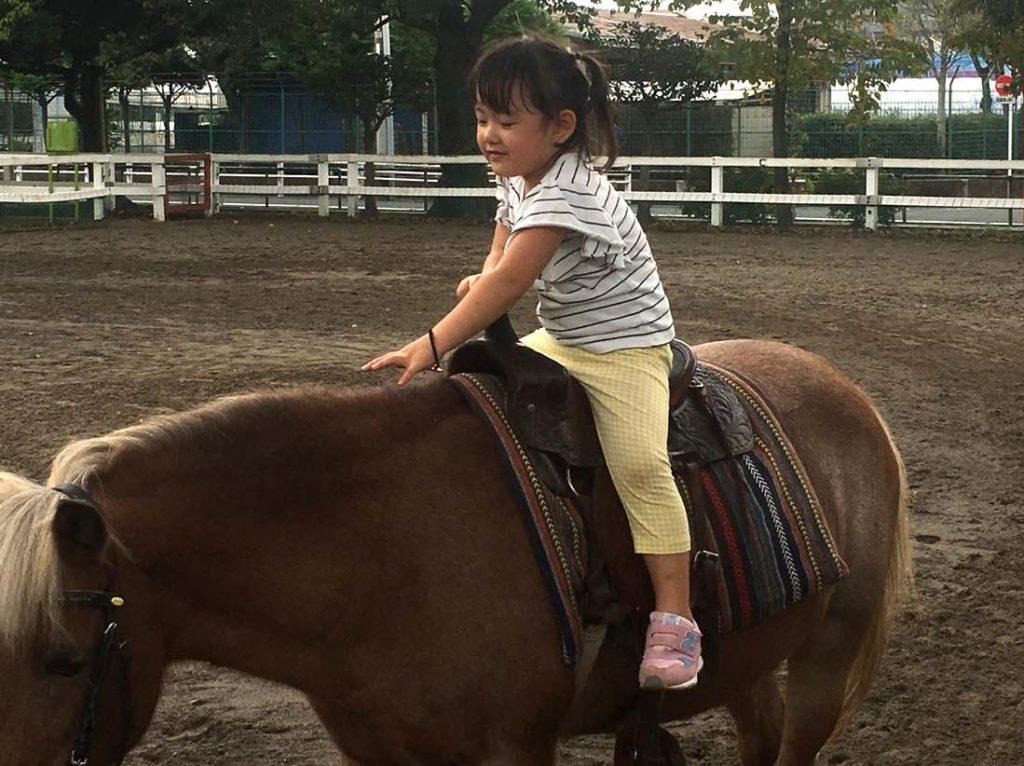 上千葉砂原公園で乗馬をしている長女