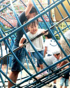 上千葉砂原公園の遊具を登る次女