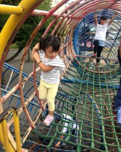 上千葉砂原公園の遊具を通る長女