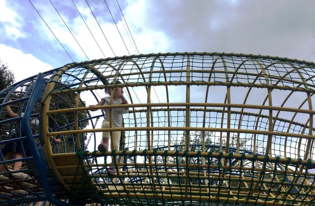 上千葉砂原公園の遊具を渡る長女