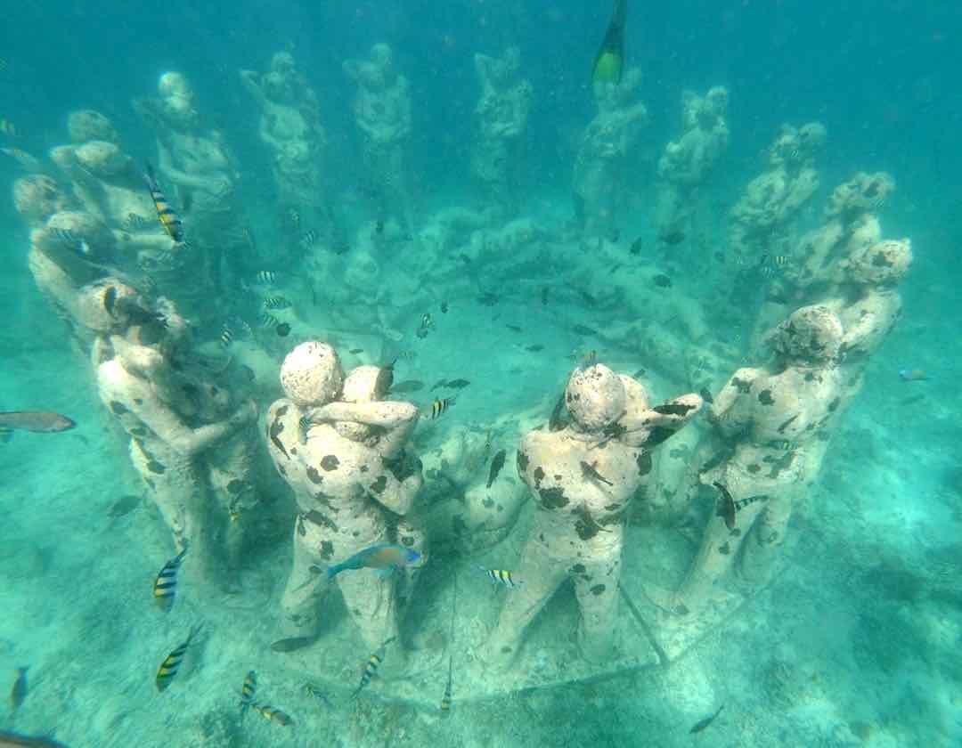 ギリ島の海中オブジェである恋人の像