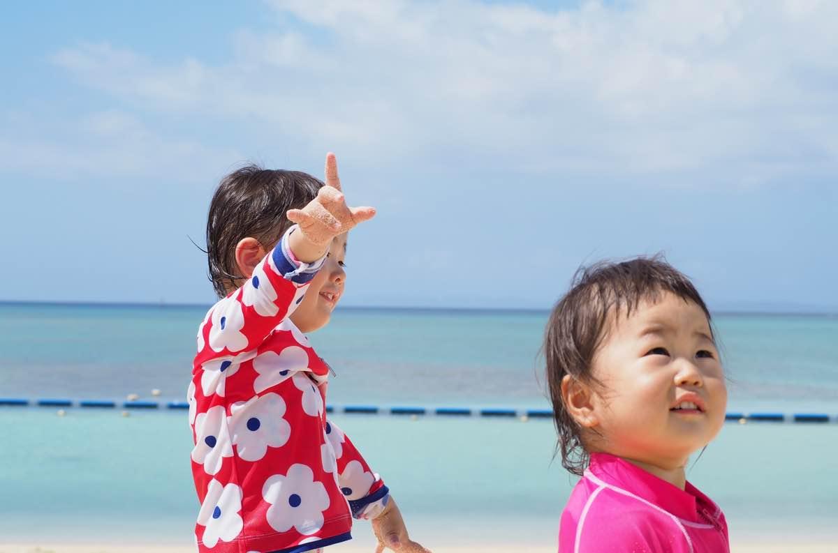 美らSUNビーチで飛行機を見る子供