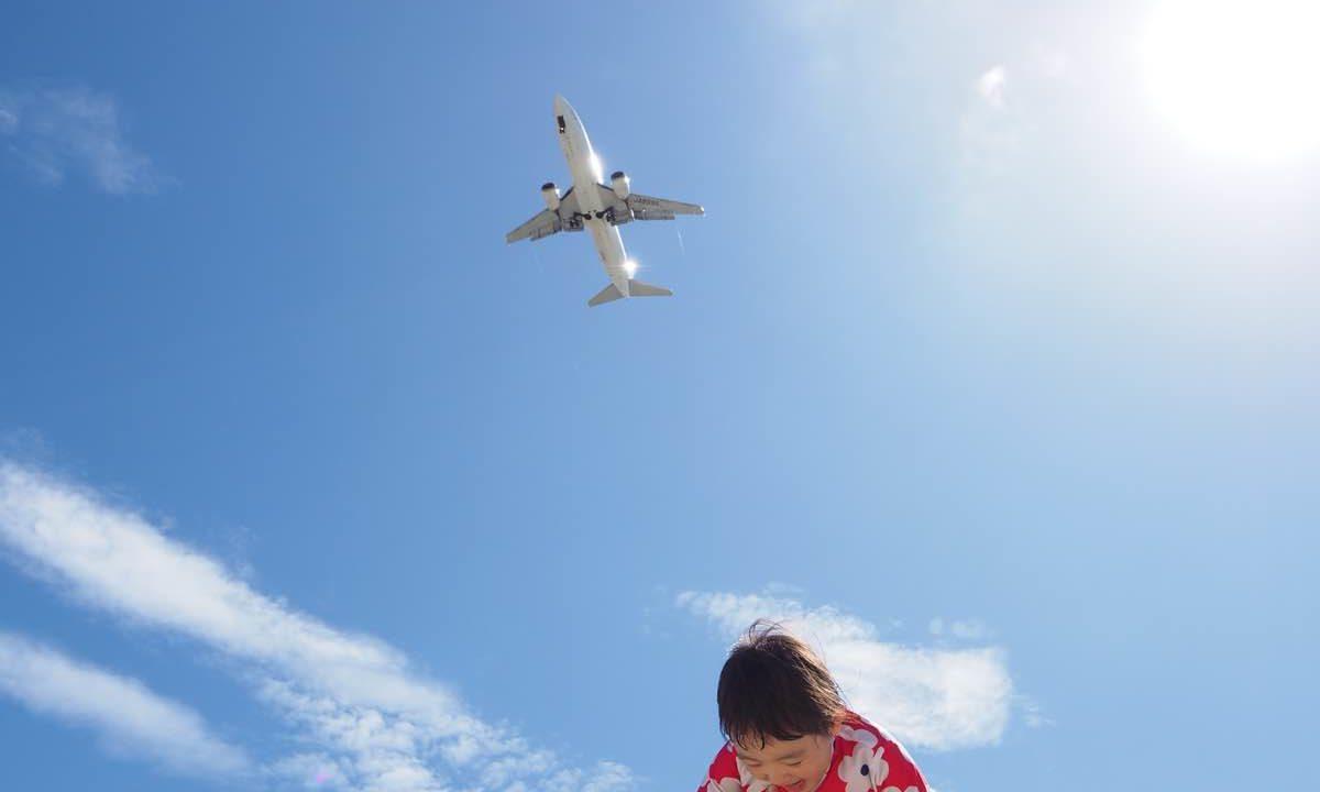 美らSUNビーチに飛ぶ飛行機