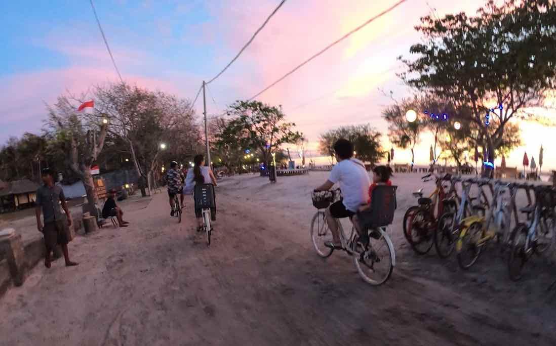 自転車でギリ島を散策する様子
