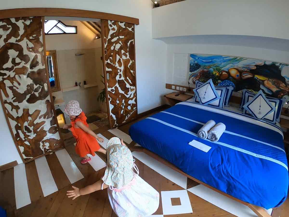 the white key luxury villasのベッドルームで遊ぶ子供達