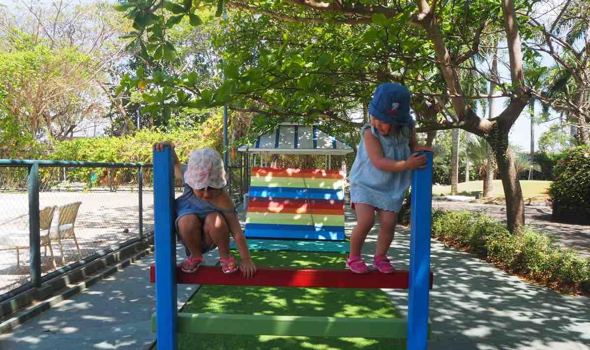 プランテーションベイで遊ぶ子供達