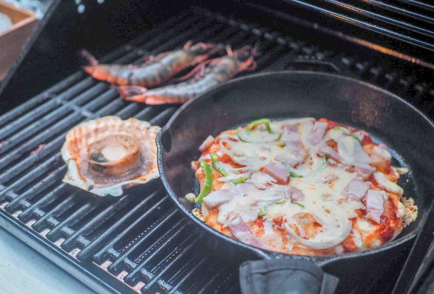 KEIKOKU GLAMPING TENTのピザとシーフード