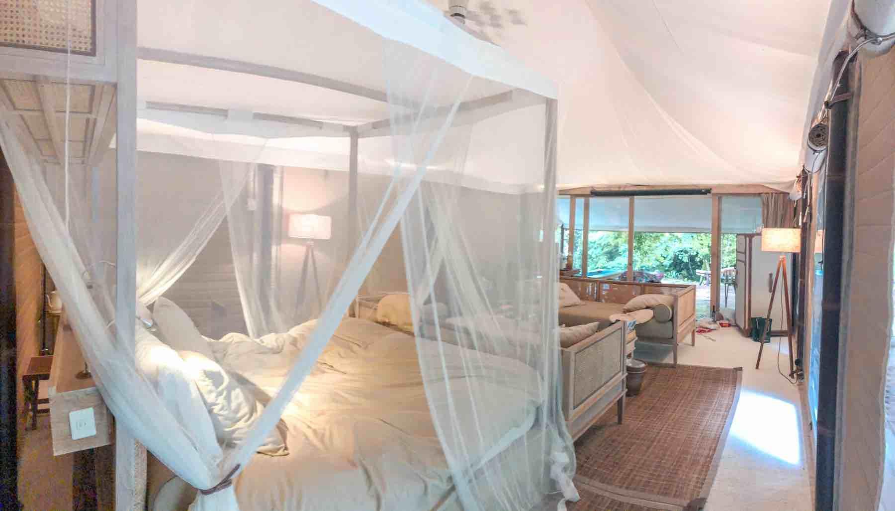 KEIKOKU GLAMPINGのスイートテントのベッド